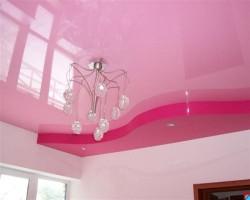 Разноцветные натяжные потолки – великолепное решение на случай «нескучного» ремонта квартиры.